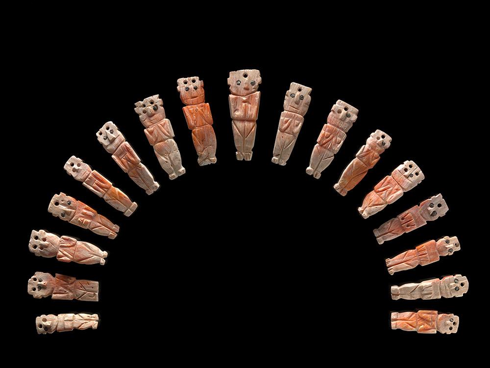 Las familias de las autoridades Inka vestían adornos confeccionados con materiales sagrados—oro, plata y conchas Spondylus.