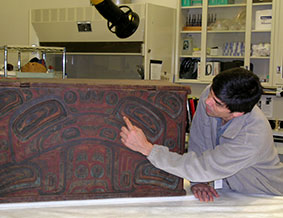 David Boxley describes the formline design on a Tsimshian bentwood box